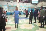 Журналисты и наблюдатели следят за опломбированием урн для голосования