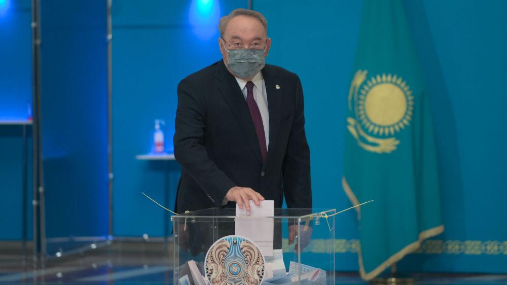 Nur Otan партиясының төрағасы Нұрсұлтан Назарбаев Астана Опера ғимаратындағы учаскеде дауыс берді.