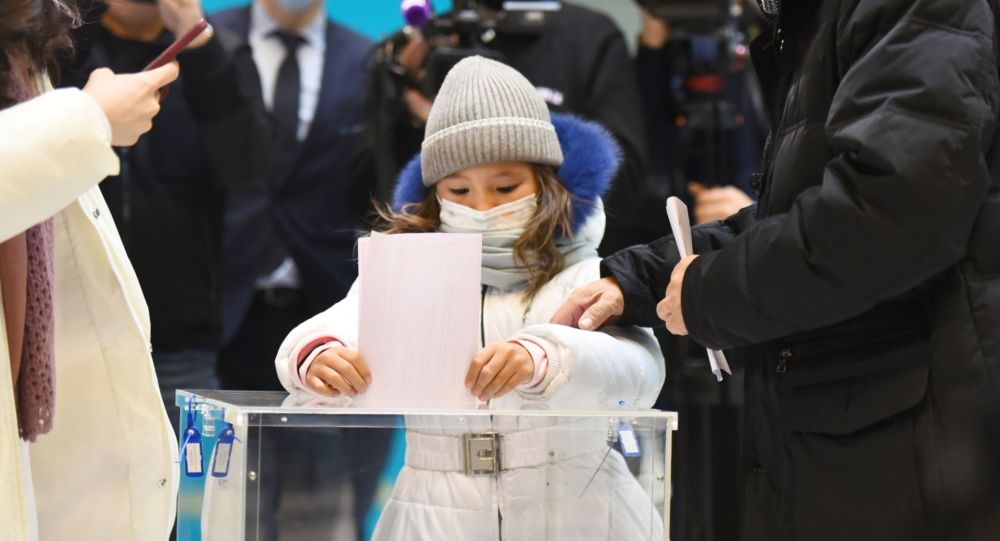 Избиратели приходят на участки с детьми