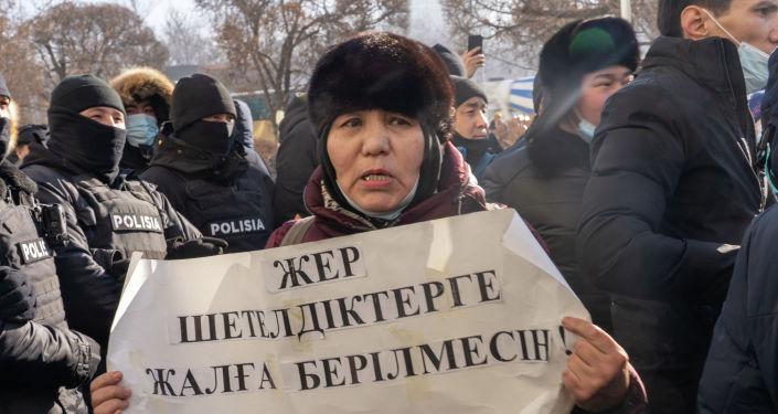 Участница митинга в Алматы