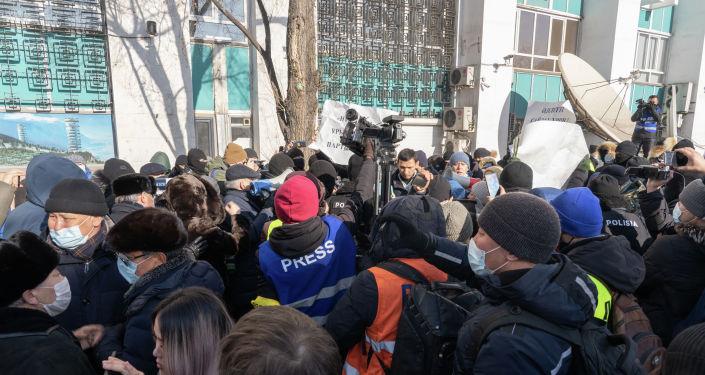 Журналисты снимают митинг в Алматы