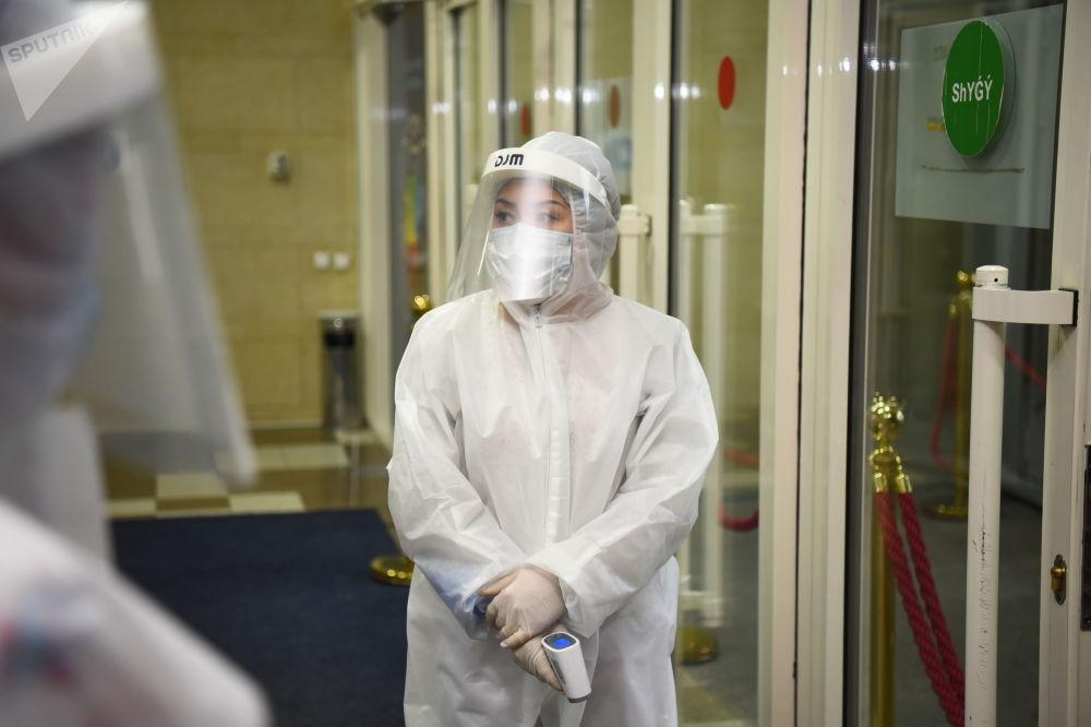 Қорғаныш әйнек, бетперде, медициналық халат пен қолғап – коронавирус пандемиясы кезіндегі міндетті талап