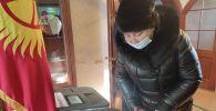 Қырғызстандағы президент сайлауы мен басқару формасына дауыс беріп жатқан сәт