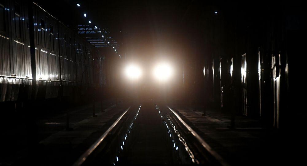 Поезд в тоннеле метрополитена в Москве