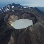 Камчаткадағы Кронот мемлекеттік табиғи биосфералық қорығындағы Шағын Семячик жанартауындағы кратер көлінің тікұшақтан көрінісі.