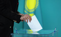 Представители Ассамблеи народа Казахстана голосуют на выборах в мажилис