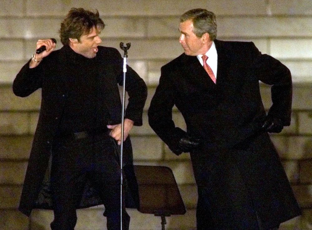 Президент Буш әнші Рики Мартинмен билеп тұр