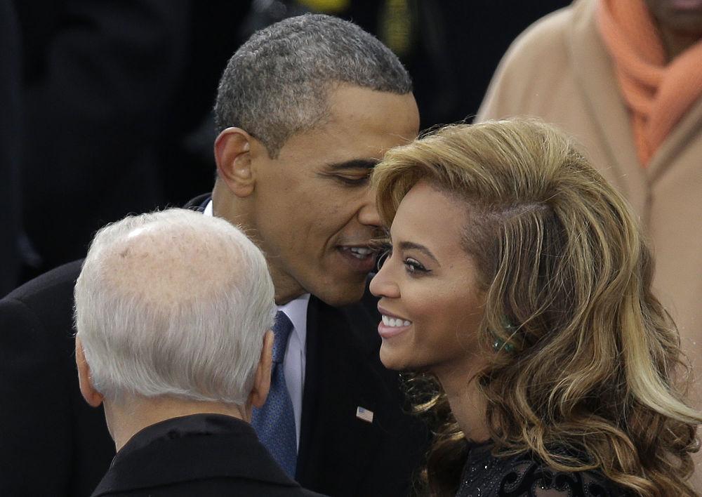 Президент Барак Обама әнші Бейонсемен сөйлесіп тұр