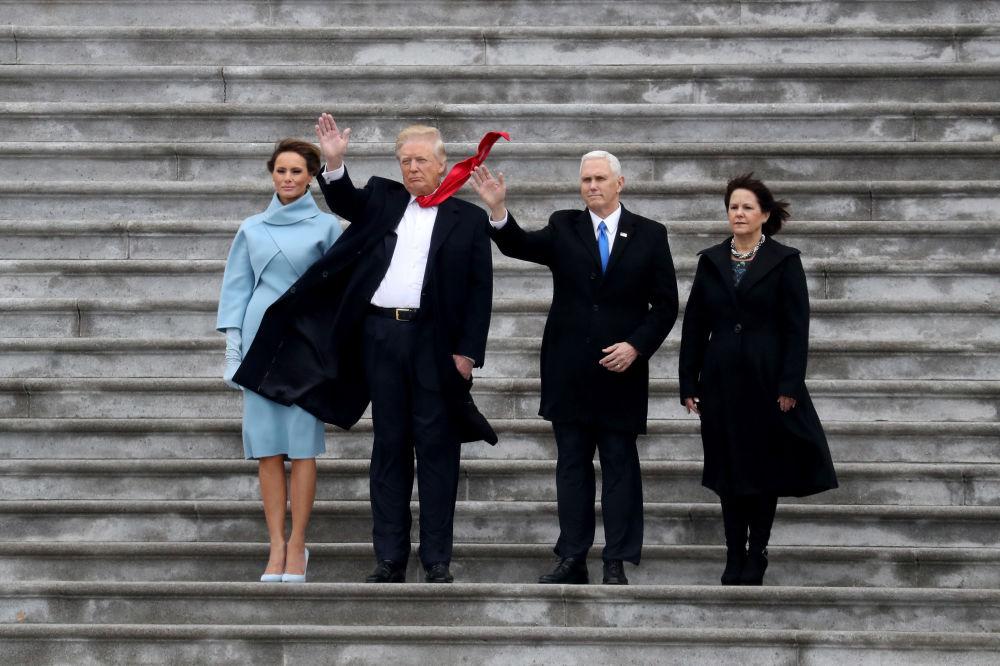 Дональд Трамп пен әйелі Мелания және вице-президент Майк Пенс пен әйелі