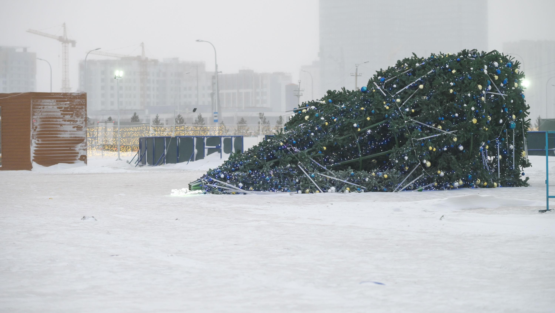 У Хан-Шатыра во время сильной метели упала елка