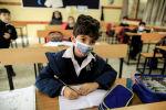 Школьник в маске на уроке