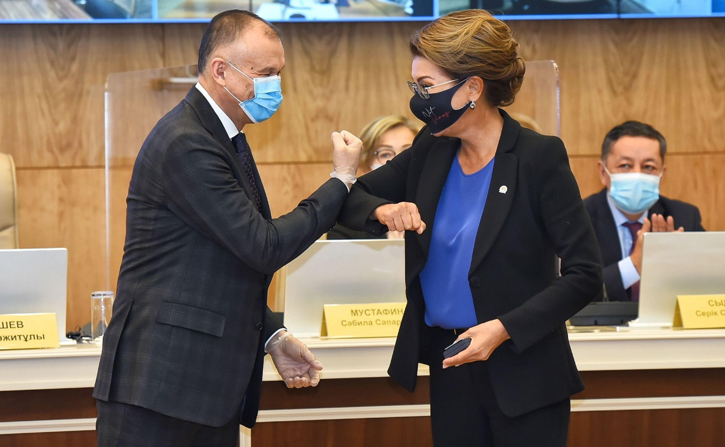 Берик Имашев вручает мандат и значок депутата мажилиса Дариге Назарбаевой