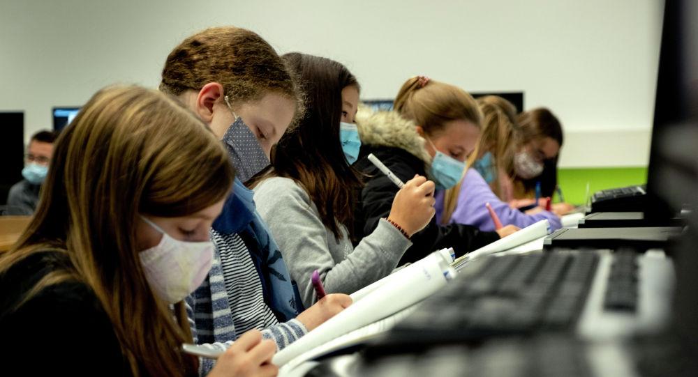 Школьники в масках на занятиях