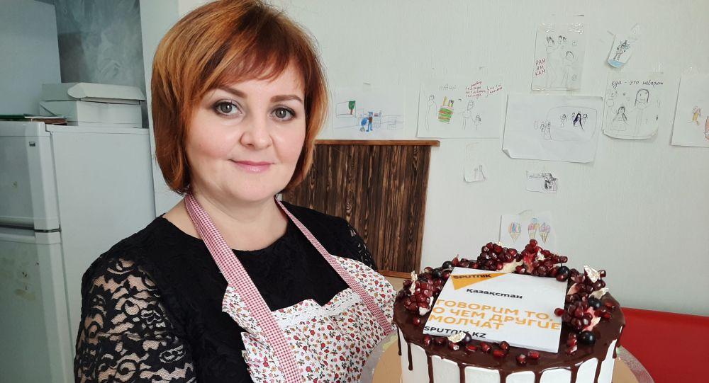 Светлана Босенко с тортиком для Sputnik казахстан