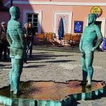 Скульптура-фонтан Писающие мужчины у входа в музей Франца Кафки, Прага