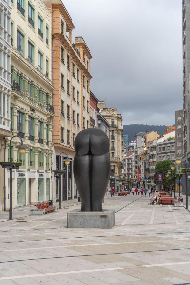 Скульптурное изображение попы в Авьедо, Испания