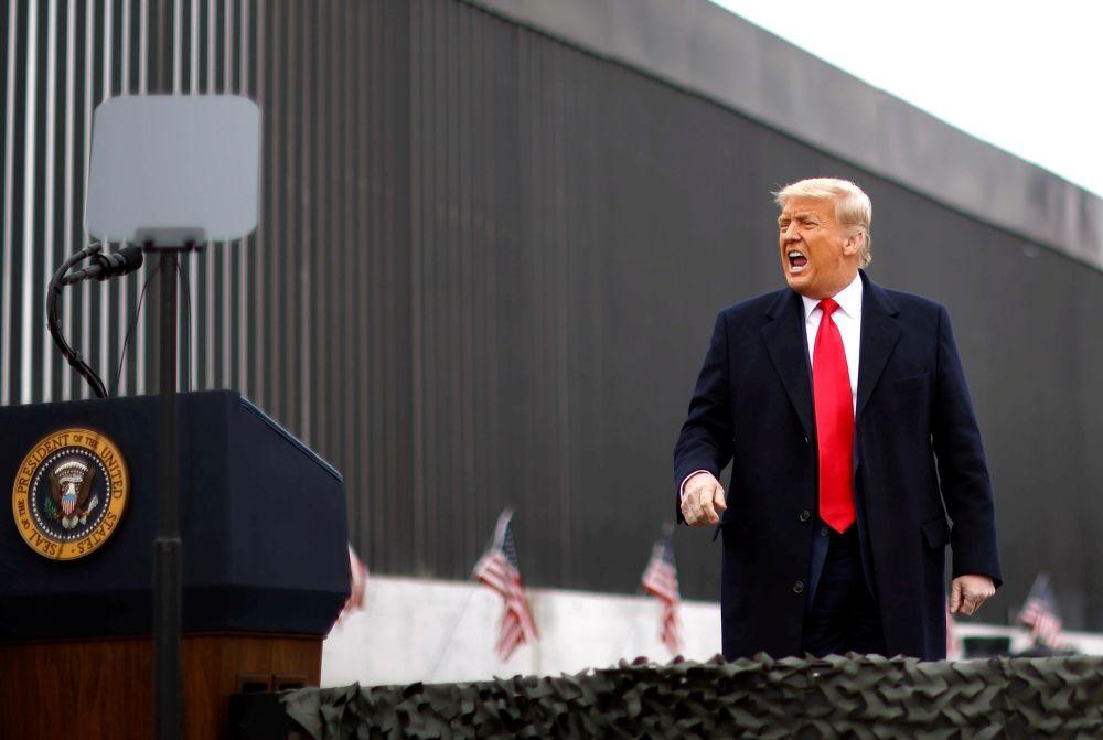 АҚШ президенті Дональд Трамп Аламодағы АҚШ пен Мексика арасындағы шекара қорғанына келген сәт, 2021 жылдың 12 қаңтары.
