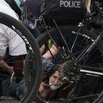 Полиция қызметкерлері Нью-Йорктегі тәртіпсіздік кезінде бүлік шығарғандарды ұстап жатыр