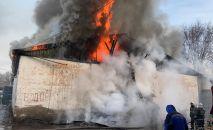 Огнеборцы Алматы за полчаса локализовали пожар на складе с древесиной