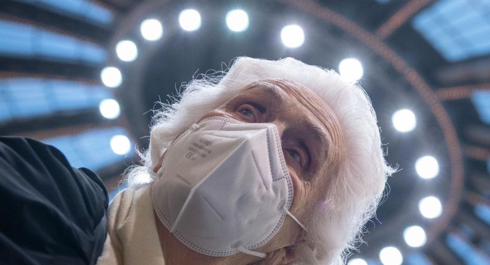 Пожилая женщина в защитной маске
