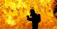 Пожарный на тушении огня