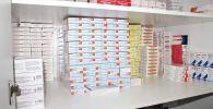 Полка с лекарствами в аптеке