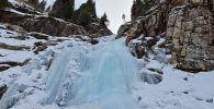 Водопад подо льдом: прогулка по ущелью Горельник в Алматы - видео