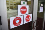 Предупреждающие знаки на входной двери