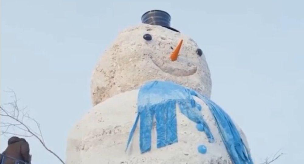 Десятиметровый снеговик растаял в Нур-Султане