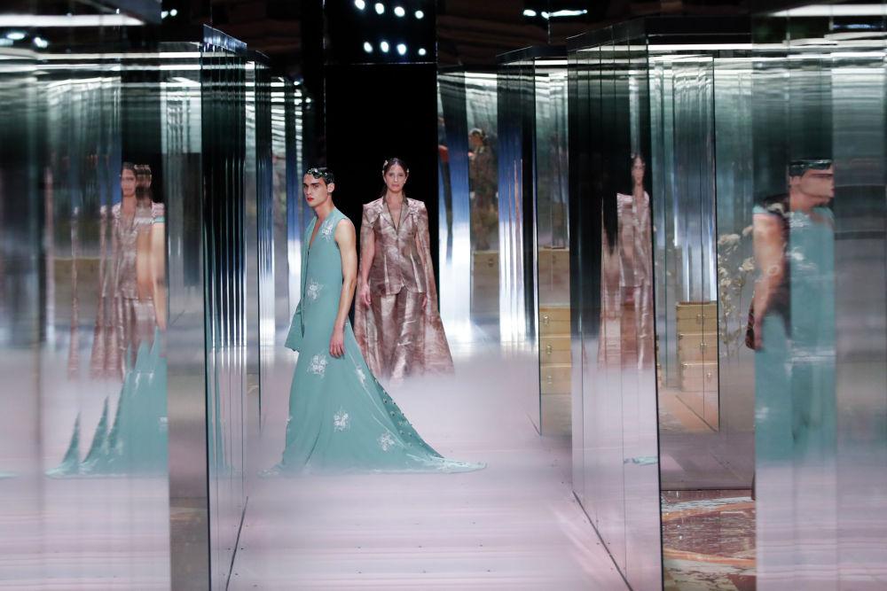 Париждегі арнайы көрсетілім кезіндегі Fendi Haute Couture Spring-Summer 2021 топтамасы.