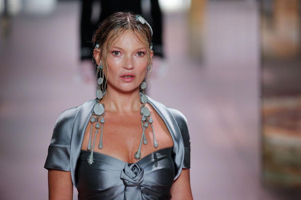 Теңдессіз Кейт Мосс (Kate Moss) киген кез-келген көйлек тамаша.