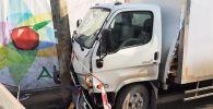 Столкновение грузовика с легковым автомобилем