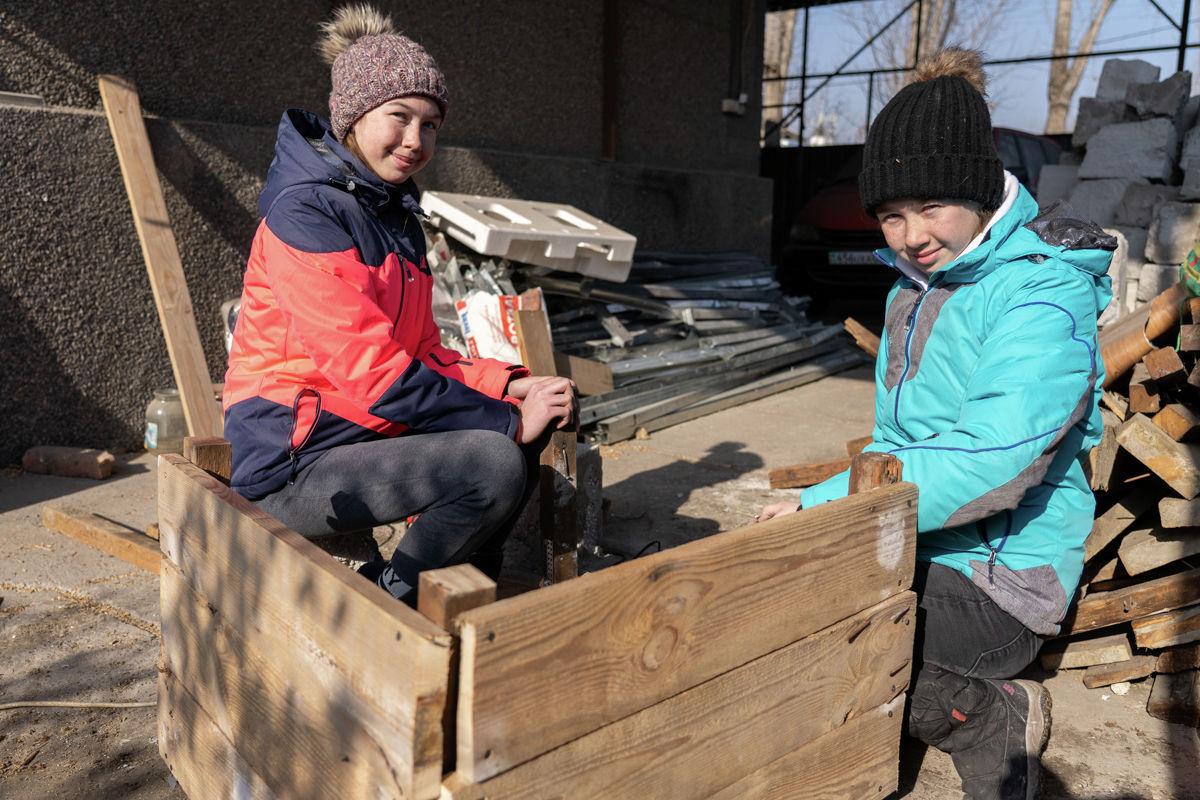 Кристина и Элина Каримовы из Алматинской области попросили у мамы в подарок на Новый год инструменты, и сами мастерят будки для бездомных собак