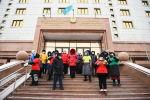 Группа людей с кастрюлями устроили акцию протеста у здания Минздрава