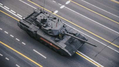 Танк Т-14 Армата в Москве перед началом репетиции военного парада на Красной площади