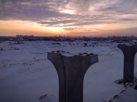 Күн батып бара жатқан сәттегі Astana LRT конструкциясының суреті