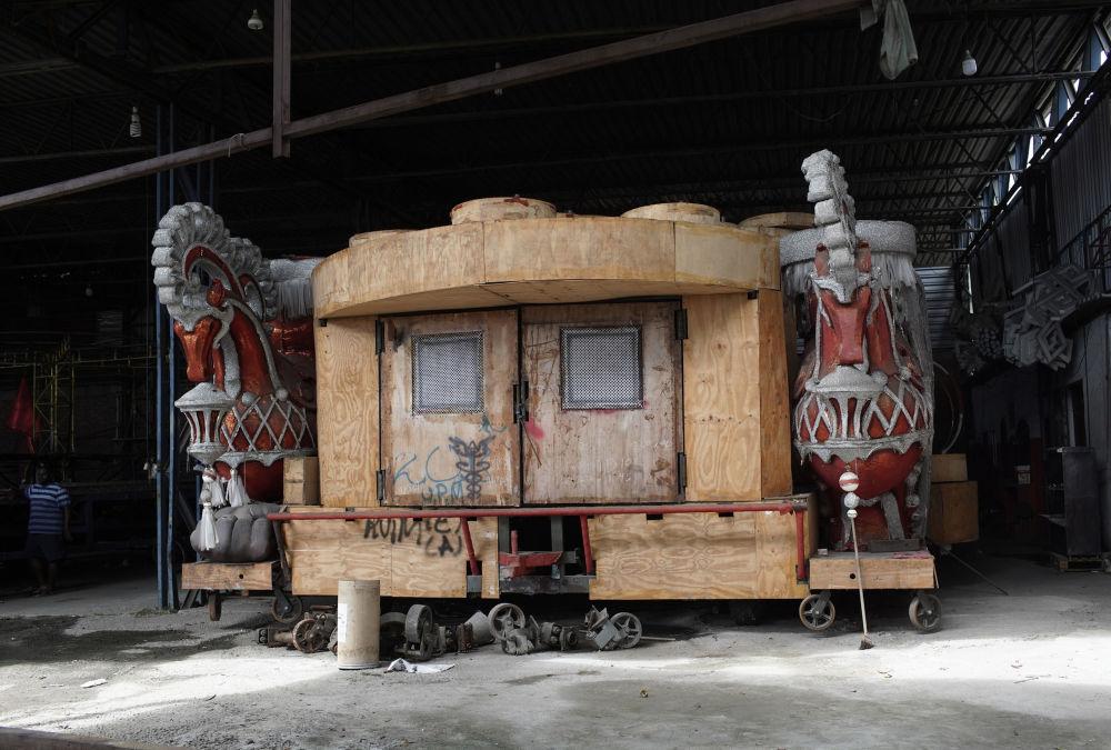 Дәстүр бойынша карнавал шеруіне арналған платформалар тек адам қолымен басқарылады. Карнавалдың өтпеуіне байланысты платформалардың құрылысы да аяқсыз қалды.