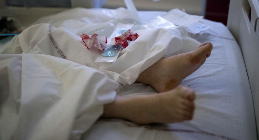 Окровавленные бинты на постели пациента палаты интенсивной терапии в больнице с коронавирусом