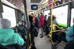 Автобус салонындағы адамдар