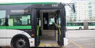 Есігі ашық тұрған автобус