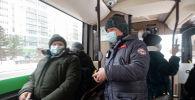 Контролер в салоне автобуса