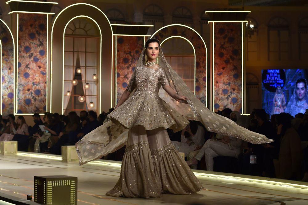 Лахордағы Hum Bridal Couture Week аясындағы әрбір киімнен сән-салтанат пен асқан әсемдік сезіліп тұр.