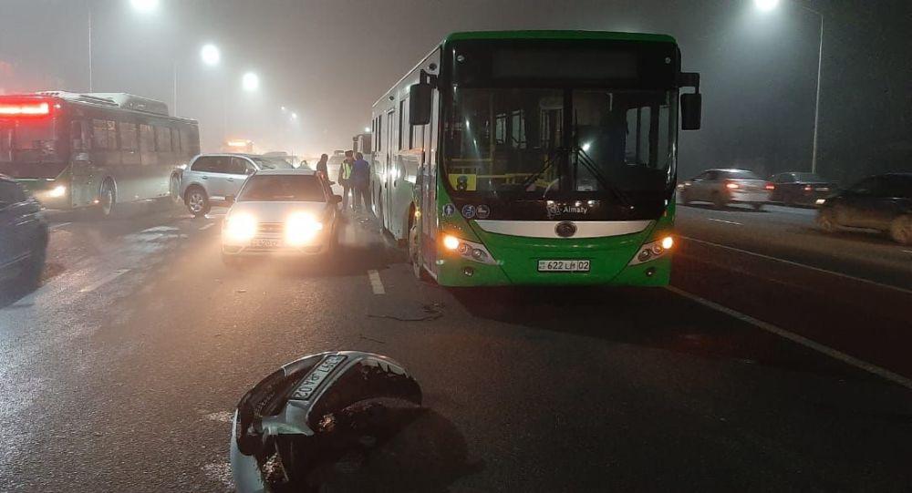 Крупное ДТП с участием автобуса произошло в Алматы