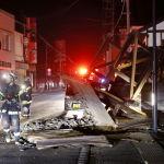 Фукусима префектурасындағы Кори елді мекенінде құтқарушылар қирап қалған үйлерді тексеріп жүр.