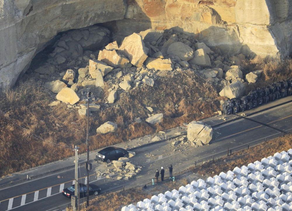 Жапонияның Сома қаласына жақын маңдағы тас жолдың бойындағы тау көшкіні жол қозғалысын тұралатты.