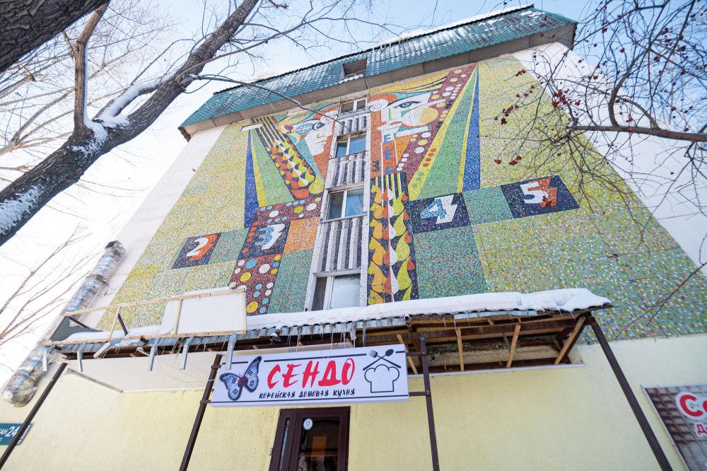 Абылай хан даңғылындағы тұрғын үйдің бүйір жақ қабырғасындағы мозаика.