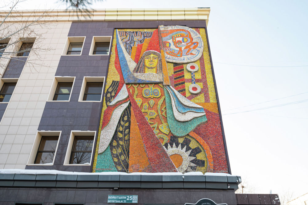 Бұрынғы полиграфиялық комбинаттың ғимаратындағы Ғарыш мозаикалық панносы.