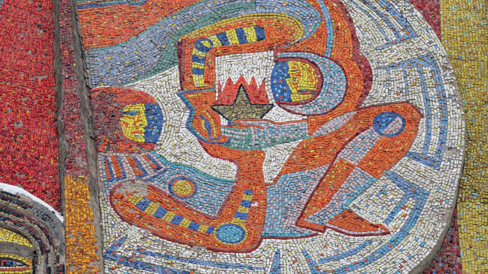 Бейбітшілік, 25 мекенжайындағы ғимараттың қасбетіндегі мозаика фрагменті