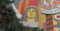Фрагмент мозаики на фасаде здания на Бейбiтшiлiк 25