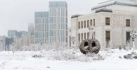Ландшафтная скульптура у здания театра Астана Опера в инее